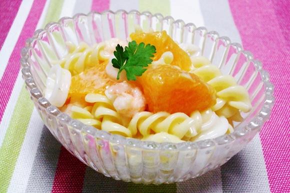 シーフードミックスとオレンジのパスタサラダ