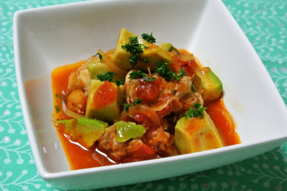 アボカドと鶏肉のトマト煮込み